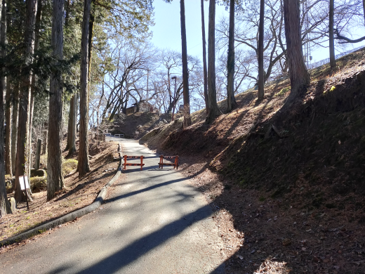「春日城址」公園の上り坂