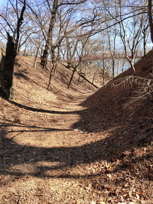 「春日城址」二の丸と三の丸間の空堀